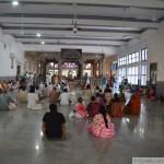 Fidèles dans la salle du Samadhi