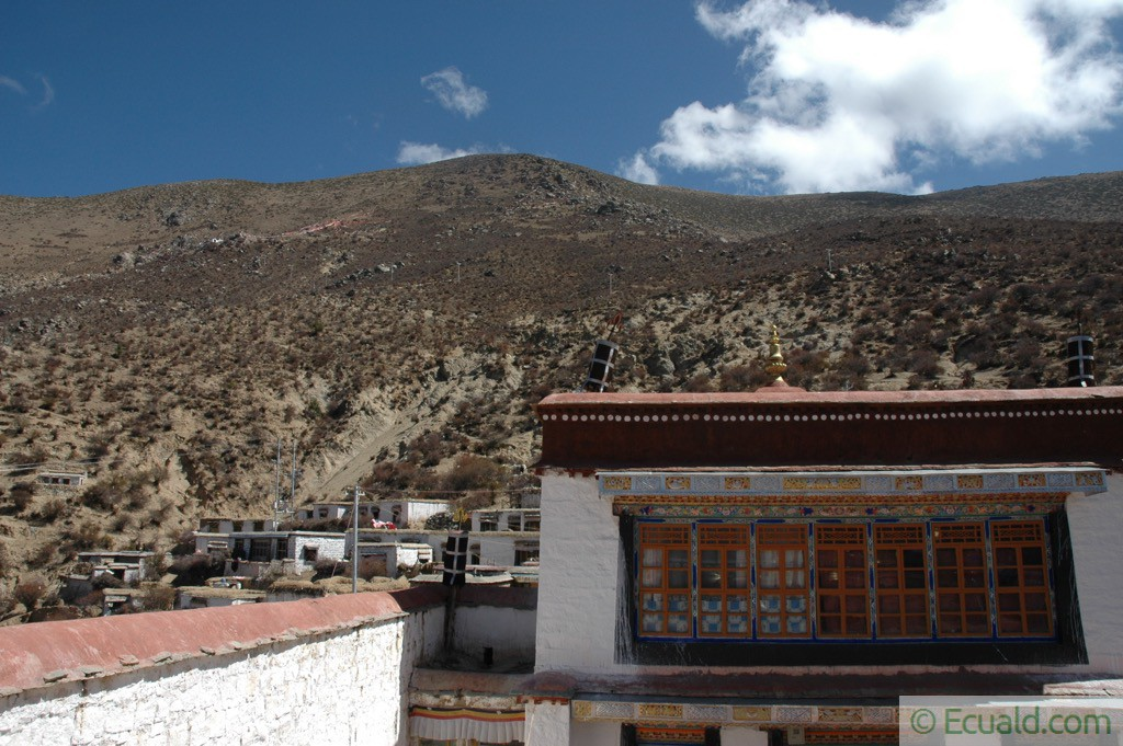 Le monastère de Shuksep avec vue éloignée de Kangri Thökar et son ermitage